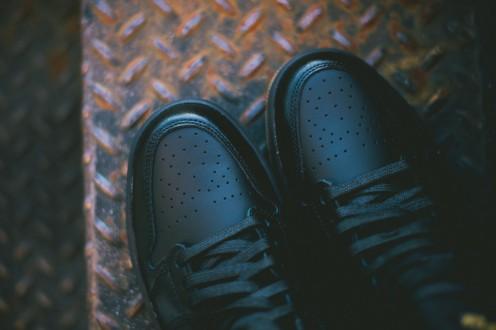 Air_Jordan_1_OG_Black_Black_Gum_555088_020_Sneaker_Politics_Hypebeast_8_1024x1024