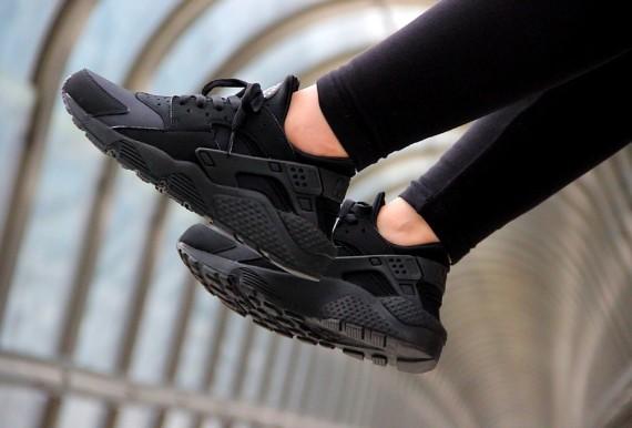 Nike-Air-Huarache-Triple-Black-20141.jpg.pagespeed.ce_.w0GJ0mU2821